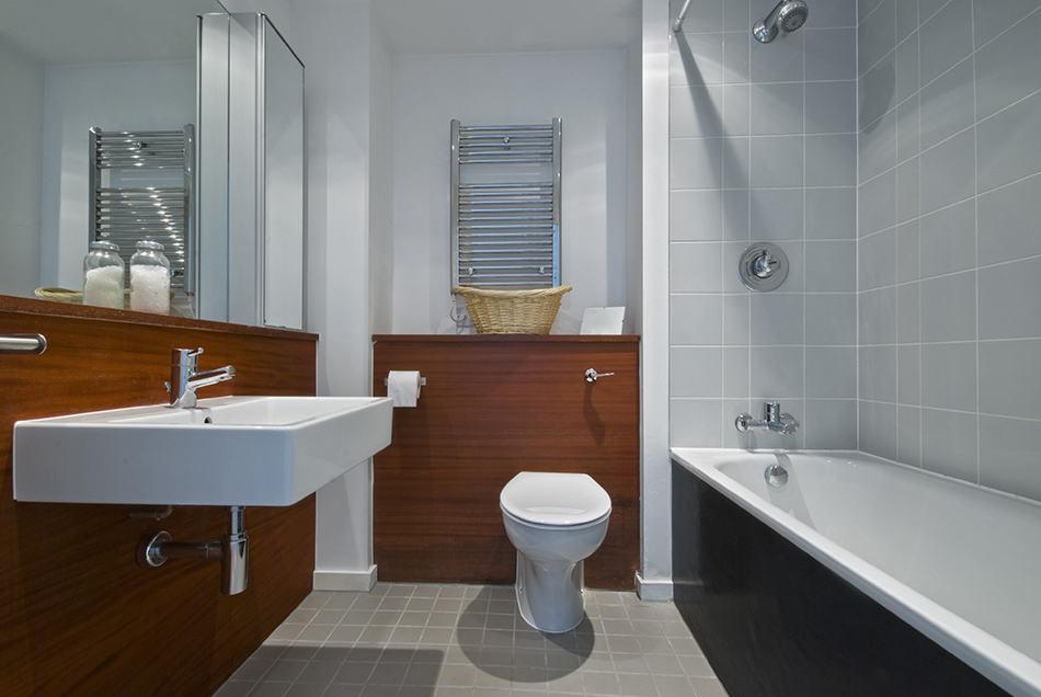 Bathtub Faces Wall-hung Sink