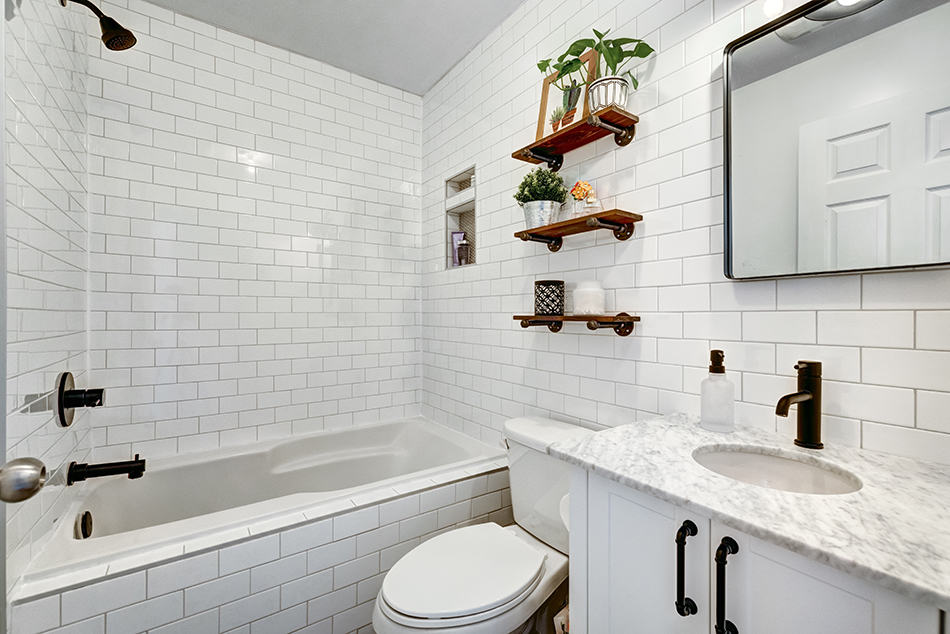 Roomy Feel with White and off-white Materials